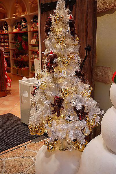 雪白的聖誕樹....還掛著小熊呢 :)