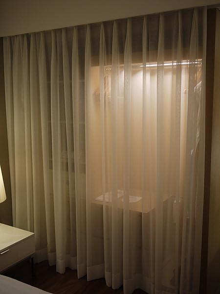 衣櫃是紗隔起來~~