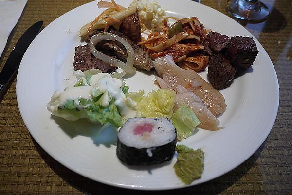 晚餐在珊瑚XX飯店~~~ 是我們這次不斷吃BUFFE裡好吃的一間!!! PS 因為只有這間有可樂!!! XDDDDDD