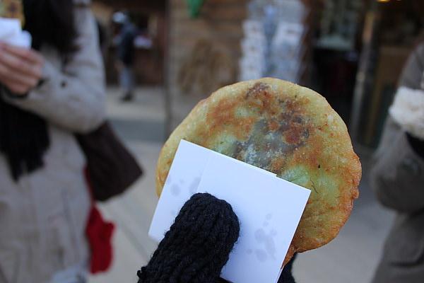 是糖餅,首爾的仁寺洞也有賣,可是這兒的好像比較傳統~~