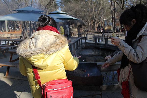 因為太冷,即使喝了冷冷的東西,還是得在暖爐邊取暖!!!