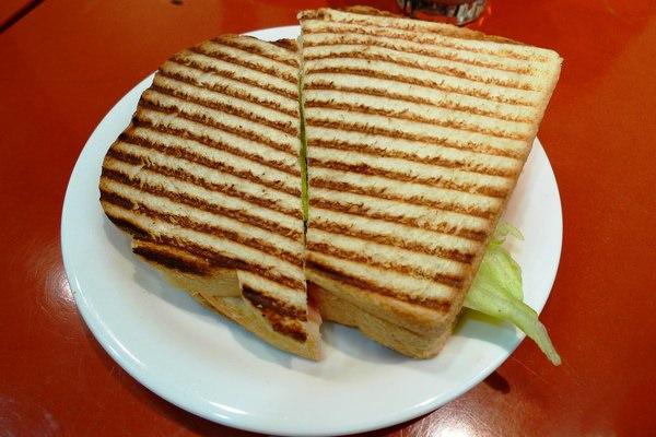 我們的三明治? 蠻好吃就是了!!!
