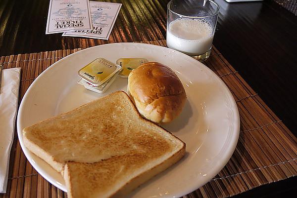 和睿瑜自個下來吃個簡單早餐!!!