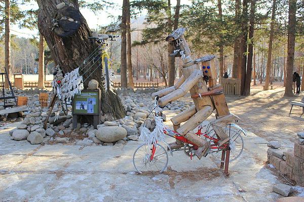 是....模仿冬季戀歌男女主角騎腳踏車的木頭人 XD