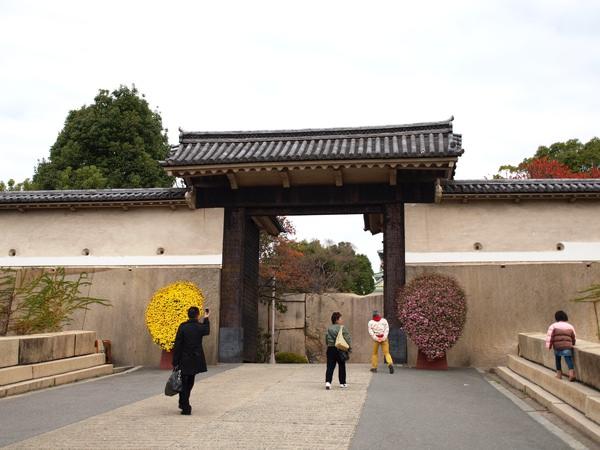 大阪城的入口? 阿唷  反正整個都是大阪城囉 XDDD我也搞不清楚!ㄎㄎ  話說...不覺得那個入口的花....很像台灣辦喪事的花圈嗎 XD