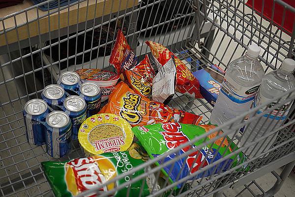 我們買了一堆零食 >~<
