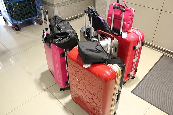我們的行李箱都極度招搖 XD