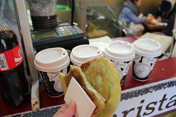 因為好冷,所以來了coffe shop買個熱可可喝~ (另外也買了兩個糖餅嘴饞一下 XD)