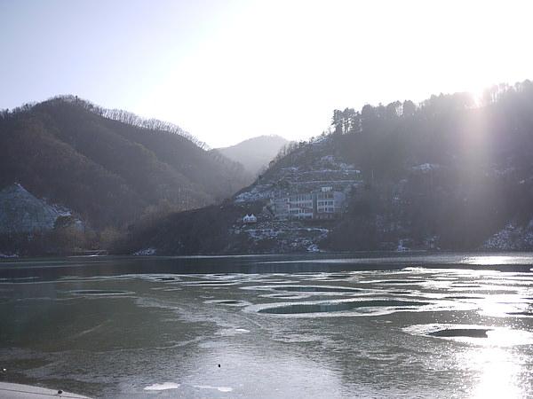湖有小結冰呢!