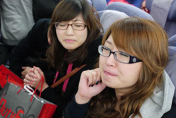 她們兩臉很臭!! 因為搭飛機時,後頭的小孩哭了半小時以上 XDDDDD