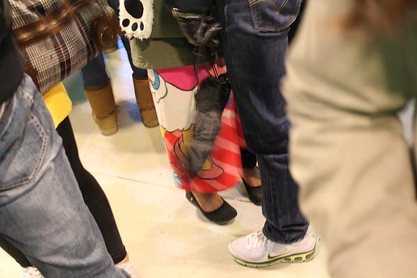 """這張照片...其實是要照後面的女生,韓國人真的很怪,冷又不穿長褲,穿短褲又要用毯子圍著 @@"""""""